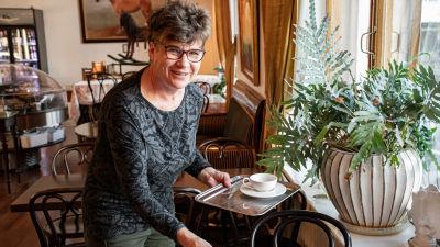 Cafédelägaren Irmeli Veittikoski