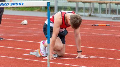 Elliot Schmidt håller på att starta för att löpa häck