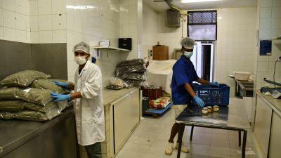 Emdadul Bapari och Mustafa Hasan är två av de migrantkillar som fått en praktik och lär sig om torkning och konservering av örter av högsta kvalité.