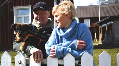 Henrik och Maria Jensen med familjens hund.