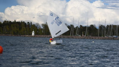 Fabian Reincke seglar med sin optimistjolle