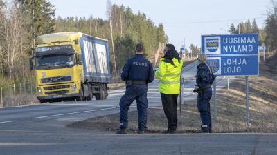 Polis står vid vägen och kontrollerar gränser.