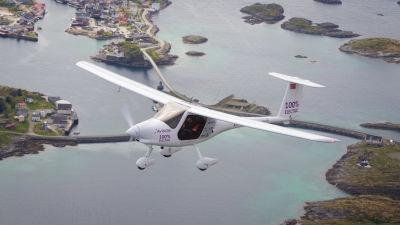 Ett mindre elflygplan flyger i Norge.