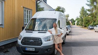 Ellen Söderberg bredvid sin bil
