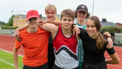 Victor Lindroos, Ida Finell, Elliot Schmidt, Linus Henriksson och Thomas Isaksson ler mot kameran.