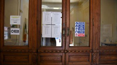På skolans dörrar aviseras de nya klasserna inför höstterminen. Till höger coronaregler att förhålla sig till som blivit vanligt på många offentliga platser