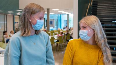 Clara Henriksson och Emma Nickström i Vårberga skolas matsal.