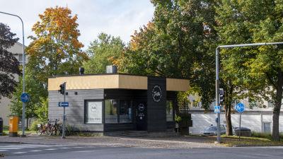 Liten restaurang i Sibeliusskvären i Borgå. På väggen står namnet Taste.