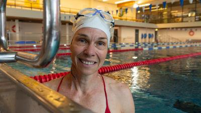En kvinna i en simbassäng.