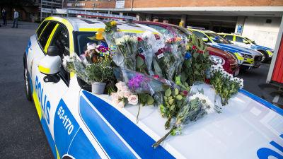 Blommor på en polisbil efter en polisskjutning i Göteborg