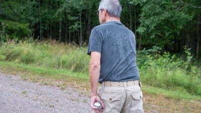 Torolf Hedlund är på väg att kasta petanque kulan
