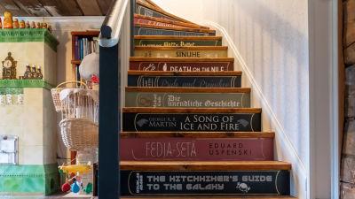 Roberta Roos trappor till övre våningen är dekorerade med boktitlar