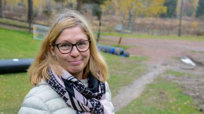 Porträtt av Elina Antila, fotad utomhus.