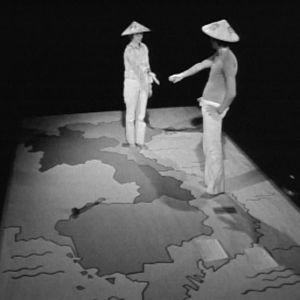Eija-Elina Bergholm ja Jussi Helminen havainnollistavat kartalla Vietnamin sotaa.