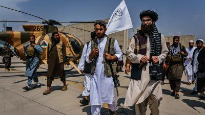 Anas Haqqani (till höger) yngre bror till det fruktade Haqqani-nätverkets ledare Sirajuddin Haqqani, dök upp i Kabul då de sista amerikanska styrkorna var på väg ut ur Afghanistan.