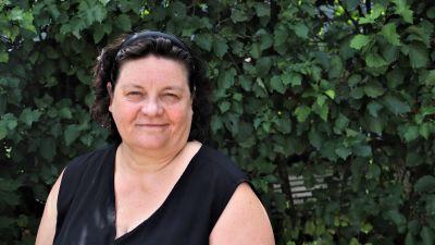 Tua Henriksson-Tapio, en kvinna med svart, medellångt hår, uppsatt med ett diadem.