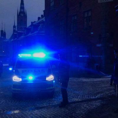 Poliser spärrade av områden i Gamla stan efter att okänt föremål påträffats.
