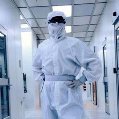 Tiedemies suojapuvussaan