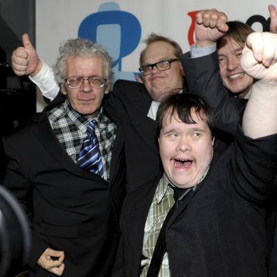 Pertti Kurikan Nimipäivät -yhtyeen jäsenet juhlivat kun heistä kertonut elokuva palkittiin parhaana dokumenttielokuvana.