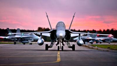Flygvapnets Hornet-plan under en militärövning 2012