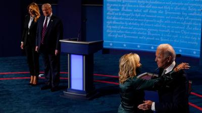 Efter tv-debatten 29.9.2020 kramade kandidaterna om sina fruar