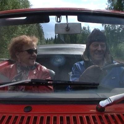 Raimo ja Liisa Oikari avoautossa.