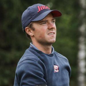 Golf kilpailija Rasmus Karlsson tähystää lyönnin jälkeen