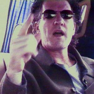 Uusiseelantilainen muusikko Tim Finn limusiinin takapenkillä