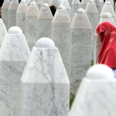 Muslimityttö Potocarin muistomerkillä Srebrenicassa 11. heinäkuuta 2014.