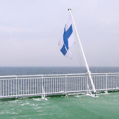 Suomen lippu matkustajalaivan takakannella.