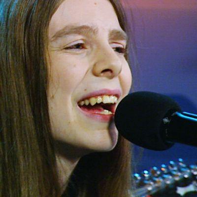 Ari Koivunen laulaa studiossa.
