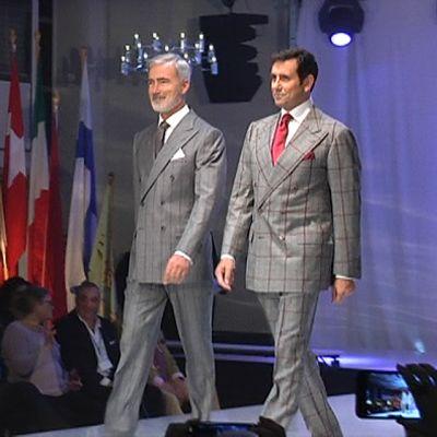Kaksi miesmallia muotinäytöksessä.