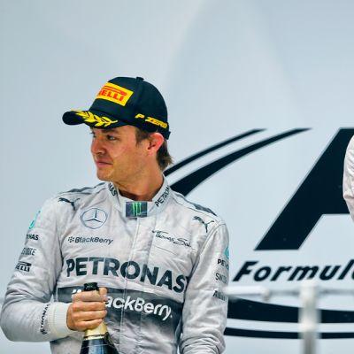 Nico Rosberg (vas.) ja Lewis Hamilton (oik.) palkintopallilla.