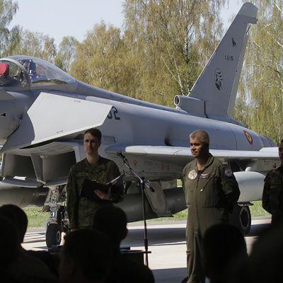 Portugalilaiset ottavat neljäksi kuukaudeksi vastuulleen Baltian maiden ilmavalvonnan Espanjalaisilta NATO-tehtävien vuoronvaihdossa. Taustalla espanjalainen Eurofighter Typhoon hävittäjä.