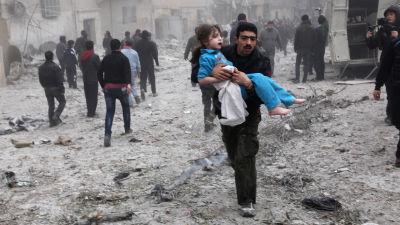 Krigsdrabbade i Syrien bland sönderbombade byggnader