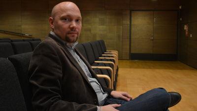 Jurist Thomas Sundell på Regionförvaltningsverket i Vasa sitter i auditorium