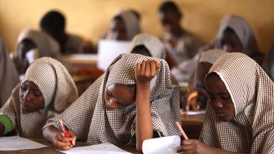 Nuoret tytöt osallistuvat kokeeseen islamilaisessa koulussa Nigeriassa.