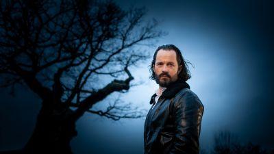 Jens Liljestrand vid ett träd i dyster stämning