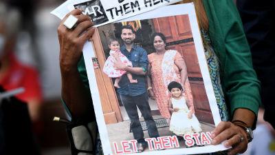 En affisch med en bild på familjen Murugappan.
