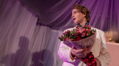 Patrik Kumpulainen spelar Orsino, hertigen av Illyrien, som är olyckligt förälskad i grevinnan Olivia. Han håller i en blombukett och har en dramatisk uppsyn.