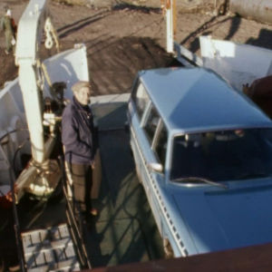 M/S Rosalan autokansi, jossa mies ja auto