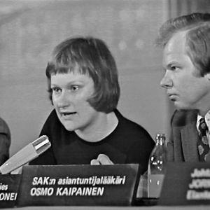 Tarja Halonen keskustelutilaisuudessa SAKin lakimiehenä 1973