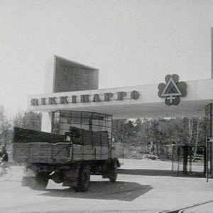 Kuorma-auto tehtaan porteilla Uudessakaupungissa