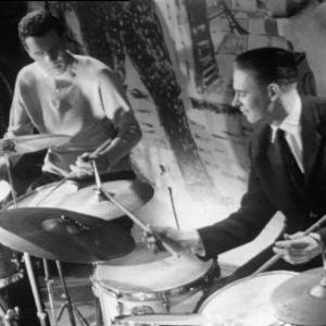 Erkki Valaste ja Pekka Mäyrämäki soittavat vierekkäin rumpuja Old House Jazz Clubissa tv-filmissä Jazzia vanhassa talossa (1961).