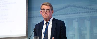Matti Vanhanen håller presskonferens.