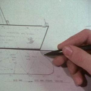 Insinööri piirtää laivaa Turussa 1971