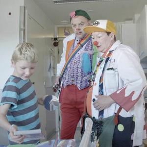 Sairaalaklovnien tehtävänä on saada lapsipotilaat unohtamaan sairautensa edes hetkeksi.