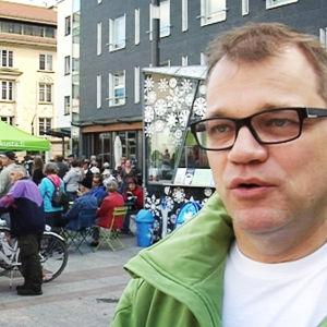 Juha Sipilä Oulun rotuaarilla