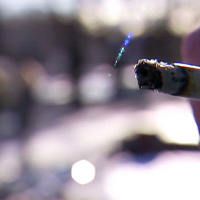 Tupakka naisen kädessä.