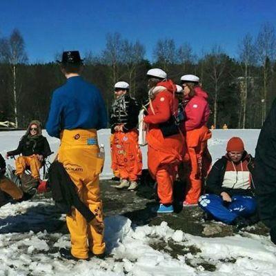 Opiskelijat istuvat lumisessa maassa Kajaanissa.